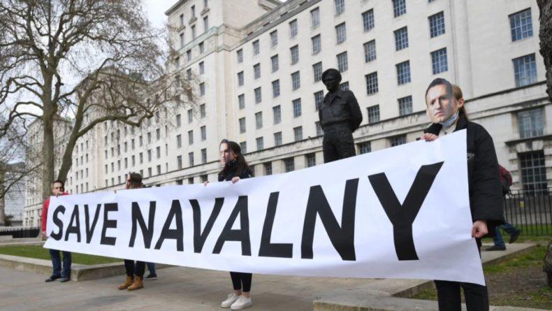 Общество: Британия призвала Россию предоставить Навальному врачебную помощь