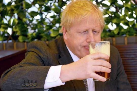 Общество: Джонсон выпил свою первую пинту пива после ослабления локдауна на фоне COVID-19