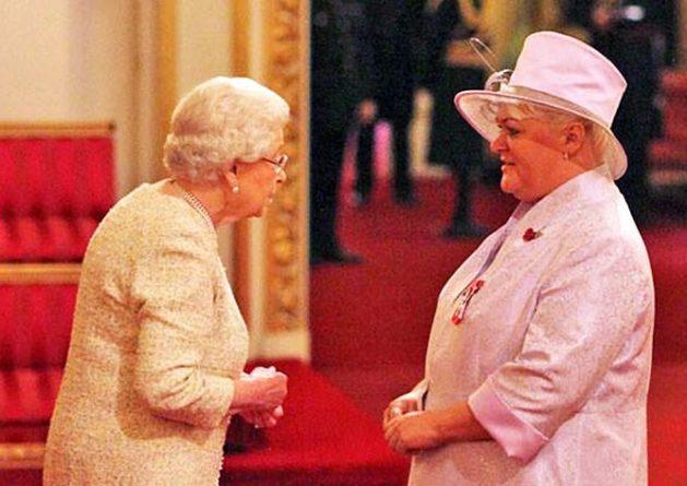 Общество: Королева Великобритании вручила орден эмигрантке из России