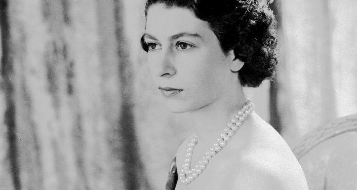Общество: Королева Великобритании отмечает день рождения: самые эффектные образы Елизаветы II