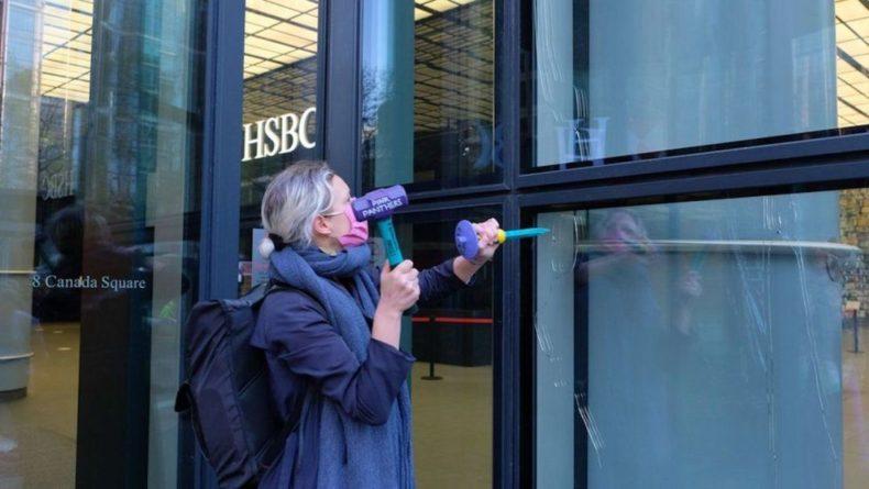 Общество: В Лондоне Extinction Rebellion разбили окна в здании банка HSBC