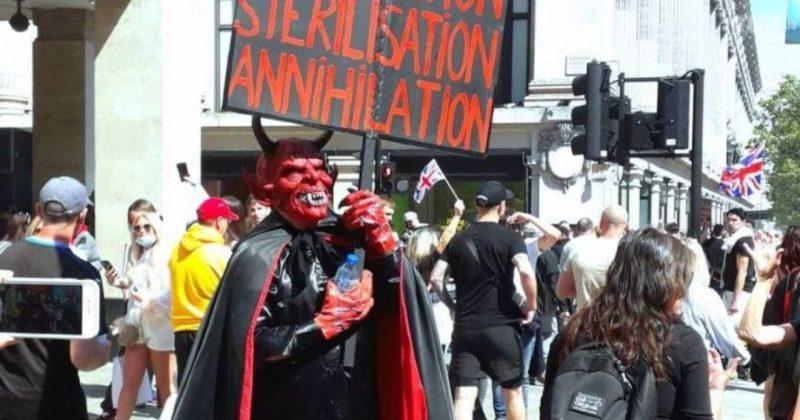 Общество: В ярком наряде, с танцами и песнями: в Лондоне несколько сот тысяч человек протестовали против правительственной политики по COVID (11 фото)