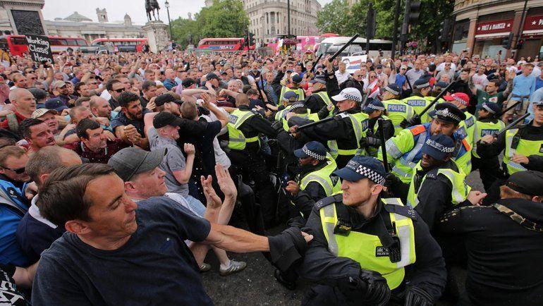 Общество: Во время акций против COVID-ограничений в Лондоне пострадали восемь полицейских