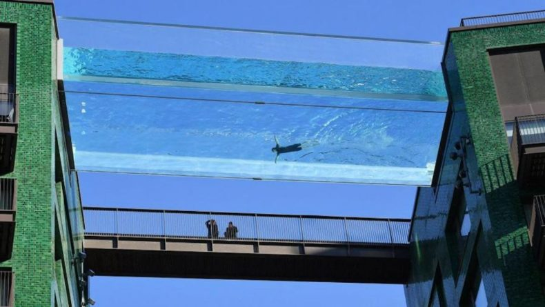 Общество: В Лондоне между двумя высотками установили прозрачный бассейн