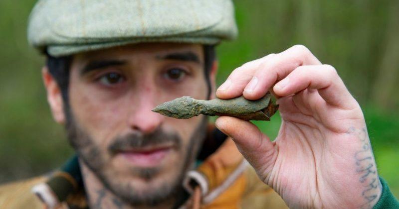 """Общество: """"Легендарный приз"""": Британец нашел в Шервудском лесу """"стрелу Робина Гуда"""" (фото)"""