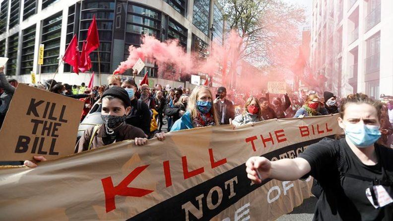 Общество: В Лондоне на акции протеста задержали девять человек
