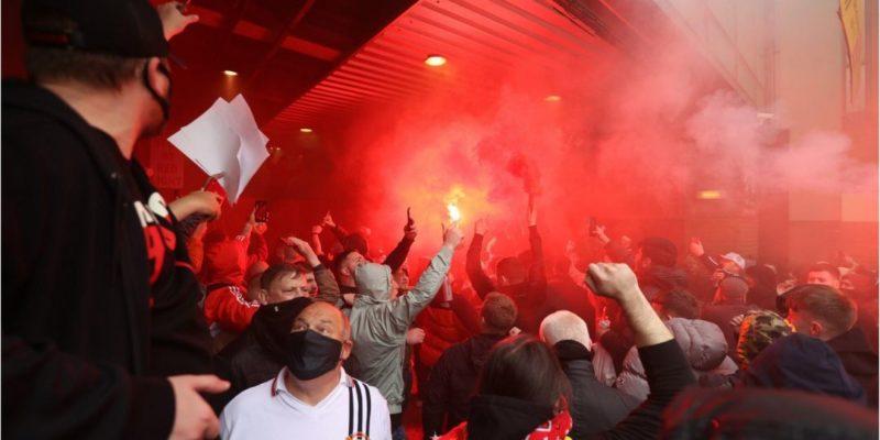 Общество: Болельщики Манчестер Юнайтед вторглись на футбольное поле перед матчем с Ливерпулем