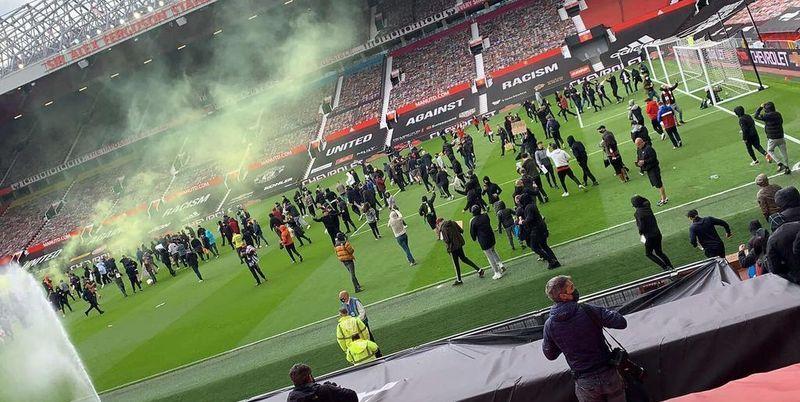 Общество: Манчестер Юнайтед Ливерпуль - протест болельщиков против Суперлиги задержал начало игры - ТЕЛЕГРАФ