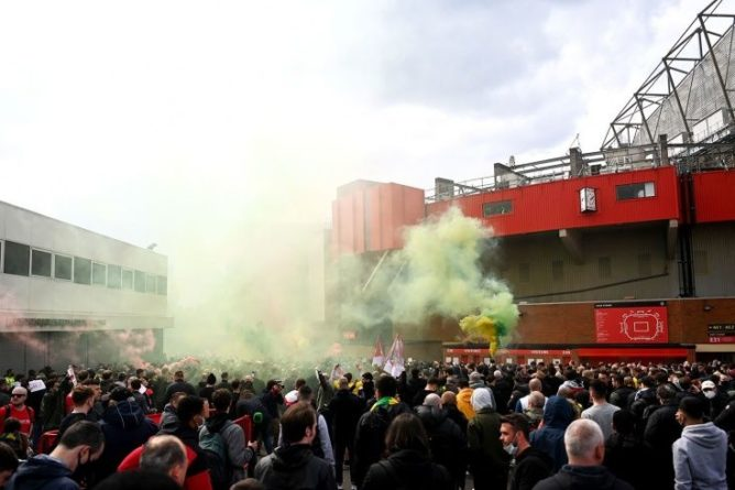 """Общество: В Британии футбольные фанаты сорвали матч """"МЮ"""" и """"Ливерпуля"""", устроив протест прямо на стадионе"""