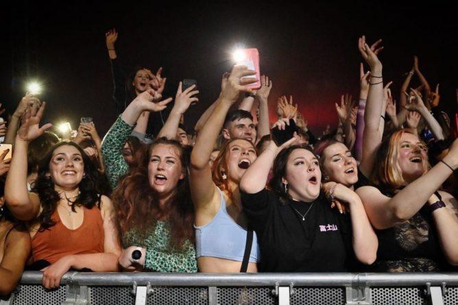 Общество: Без масок и дистанции: в Британии провели концерт для 5 тысяч человек – видео