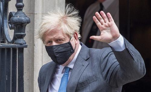 Общество: Джонсон не исключил, что в конце июня в Британии отменят социальное дистанцирование