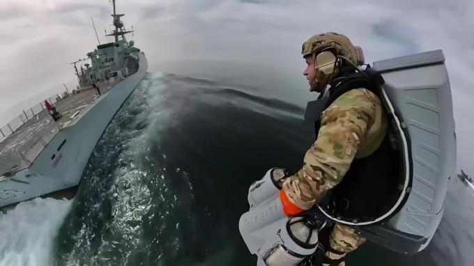 Общество: Морские пехотинцы Великобритании испытали реактивные ранцы