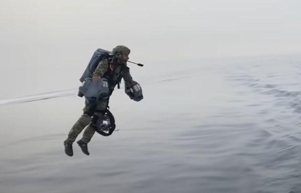 Общество: Британцы высмеяли «летающего десантника» Королевских ВМС и напомнили ему об АК-47