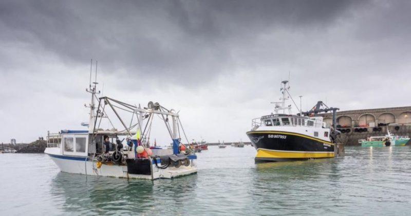 Общество: Великобритания отводит военные корабли от острова Джерси после снятия французской блокады