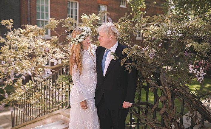 Общество: News Thump (Великобритания): Борис Джонсон похвалил новую жену и сказал, что из всех, что у него были, эта — лучшая