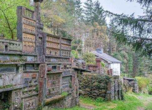 Общество: В Великобритании туристы случайно обнаружили тайное заброшенное село с уникальной архитектурой. ФОТО