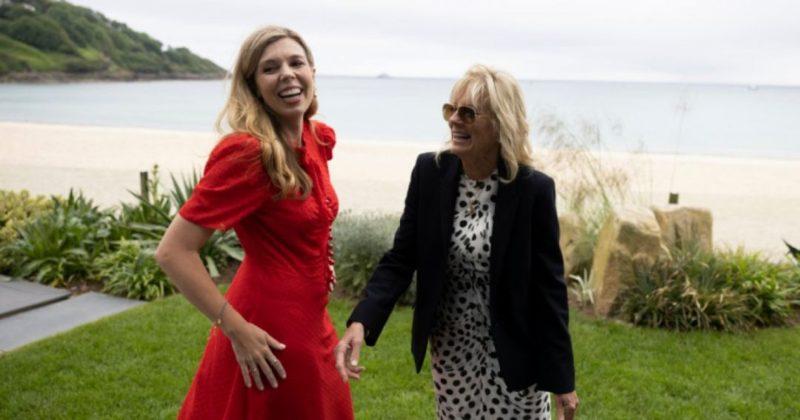 Общество: Кэрри Джонсон и Джилл Байден босиком прогулялись по пляжу после официальной встречи
