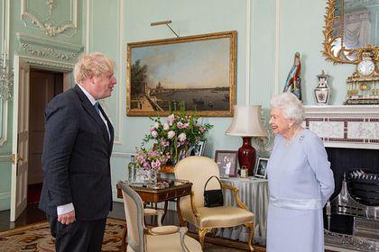 Общество: Борис Джонсон настаивал на личной встрече с королевой в начале пандемии