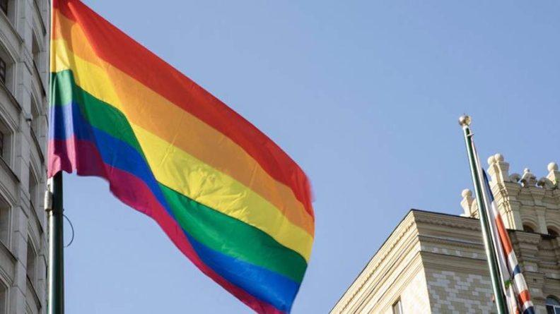 Общество: Посольство Великобритании в Москве вывесило флаг ЛГБТ