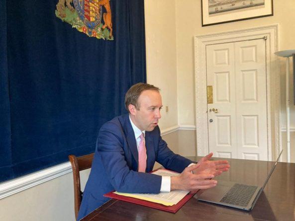 Общество: Глава минздрава Великобритании ушел в отставку. Его застали целующимся с помощницей