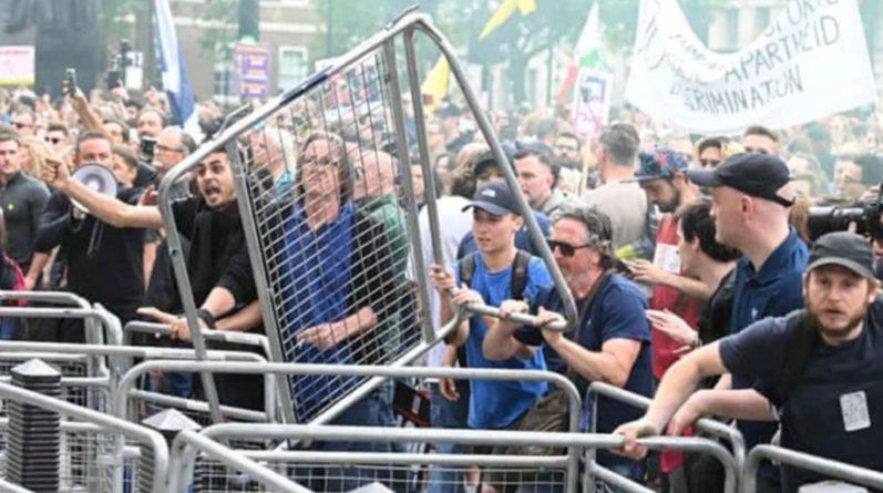 Общество: В Лондоне прошел многотысячный протест коронаскептиков, есть задержанные