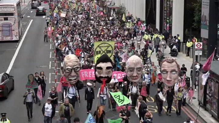 """Общество: Новости на """"России 24"""". Офису Мердока в Лондоне досталось от протестующих"""