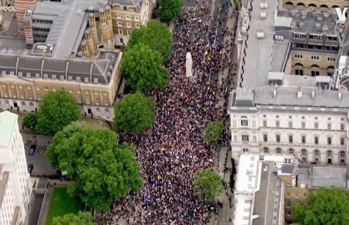 Общество: Более 20 человек задержали в Лондоне во время природозащитного протеста