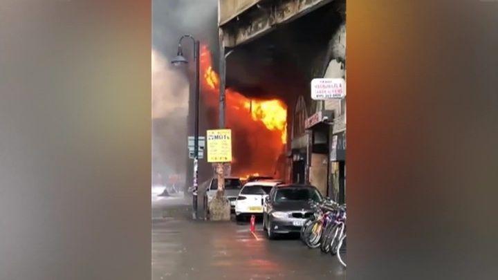 """Общество: Новости на """"России 24"""". Пожар в Лондоне: очевидцы сообщили о взорвавшемся автомобиле"""