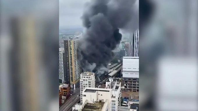 Общество: Во время пожара на железнодорожной станции в Лондоне пострадали два человека