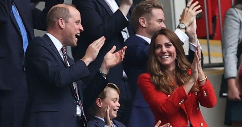 Общество: Юный принц Джордж посетил с родителями победную игру сборной Англии (фото)