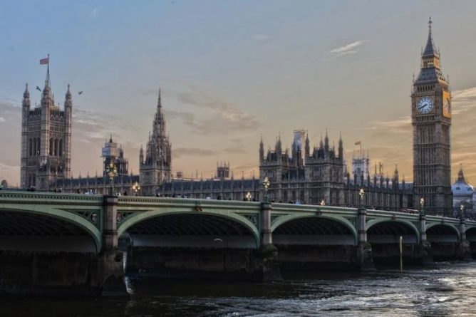 Общество: В центре Лондона мужчина с ножом напал на прохожих