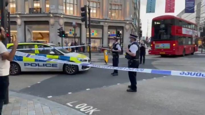 Общество: ЧП. В центре Лондона неизвестный ранил мужчину ножом