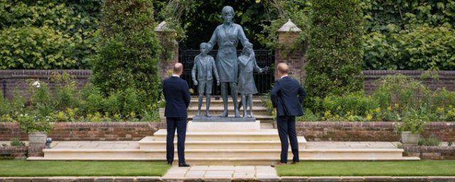 Общество: Принцы Уильям и Гарри открыли в Лондоне статую своей матери принцессы Дианы