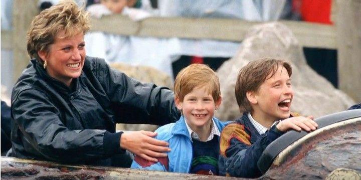 Общество: Принцы Уильям и Гарри вместе открыли памятник принцессе Диане в Лондоне