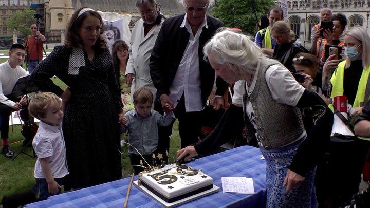 Общество: Вести в субботу. Невеста Ассанжа с сыновьями и тортом пришла к парламенту Британии