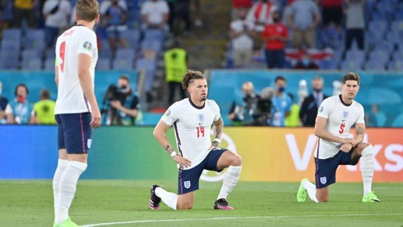 Общество: Сборная Англии в полном составе преклонила колено перед матчем Евро, украинцы — нет