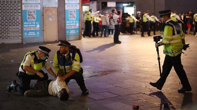Общество: Футбольные фанаты устроили драку с полицией в Лондоне