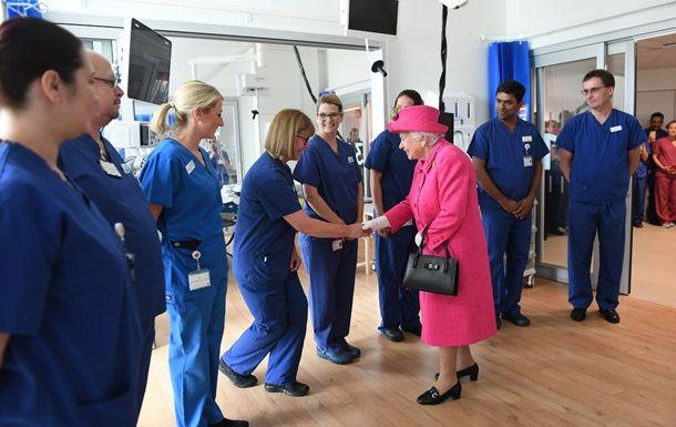 Общество: Елизавета II вручила высшую награду медикам Великобритании
