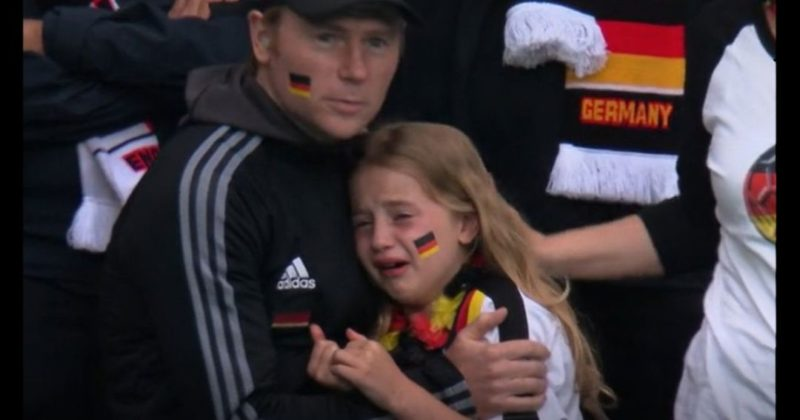 Общество: В Британии собрали 36 тыс. фунтов девочке, которая плакала на матче Англия-Германия (фото)