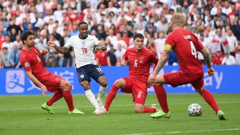 Общество: Перед назначением скандального пенальти в матче Англия — Дания на поле было два мяча