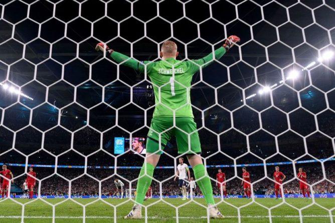 Общество: В УЕФА открыто дисциплинарное дело против Англии после инцидента с голкипером Дании Шмейхелем