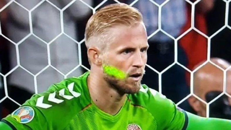 Общество: Скандал на Евро: УЕФА завёл дело на Англию из-за ослепления вратаря Дании