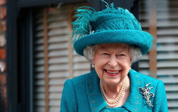 Общество: Елизавета II посетила съемочную площадку старейшего сериала Британии