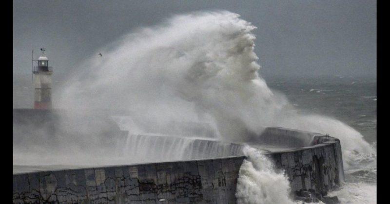 Общество: Фотограф запечатлил образ бога морей во время шторма в Великобритании