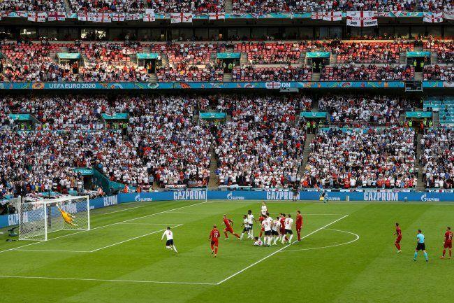 Общество: УЕФА оштрафовал Англию на 30 тысяч евро за поведение болельщиков на Евро