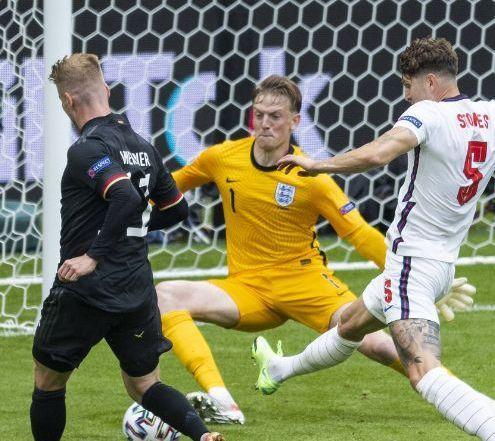 Общество: Прыжок вратаря сборной Англии Пикфорда в матче с Данией высмеяли яркими фотожабами