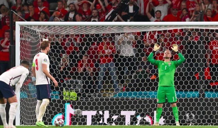 Общество: УЕФА оштрафовал Англию за попытку фанатов ослепить вратаря Дании на полуфинале ЧЕ