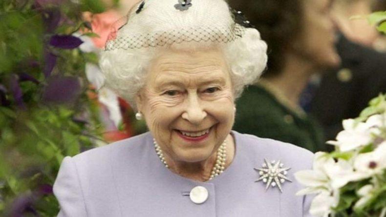Общество: Королева Великобритании Елизавета II поддержала сборную Англии перед игрой с Италией