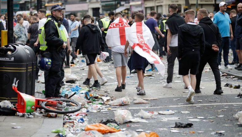 Общество: Фанаты сборной Англии бросают бутылки в полицейских перед «Уэмбли»
