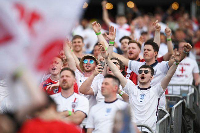 Общество: Болельщики сборной Англии начали буйствовать задолго до финала Евро